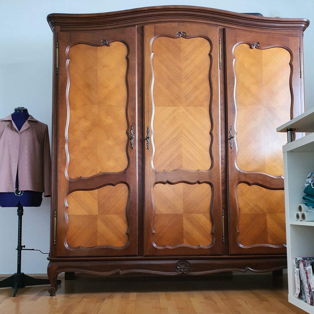 ein schöner alter Kleiderschrank, ein kleiner Stilbruch im Nähzimmer